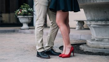 romantic-couples-feet_925x